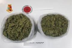 In auto due chili di marijuana