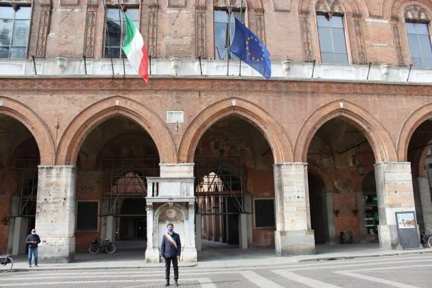 Cremona  Vittime pandemia, bandiere a mezz'asta su Palazzo del Comune