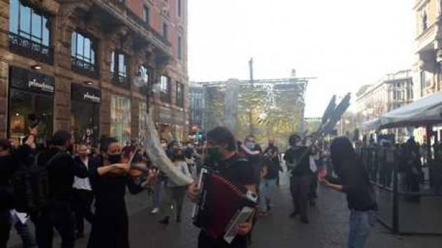 Studenti fanno sfilare nave a Milano