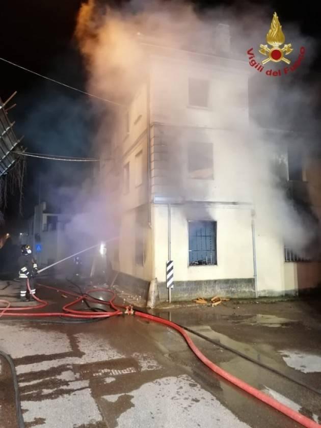 Incendio nella notte nel pavese, evacuata una famiglia