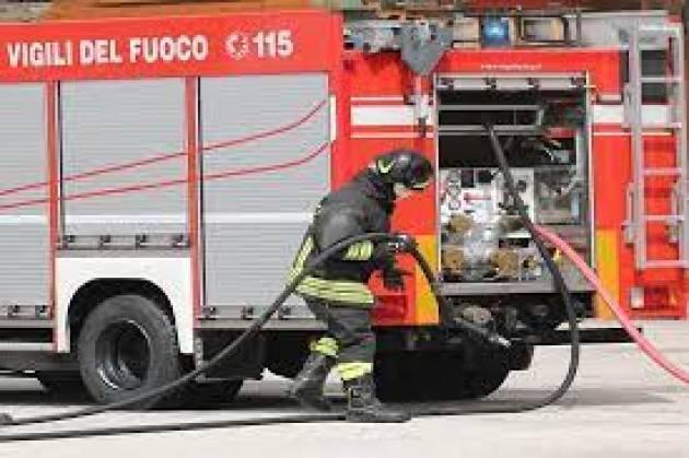 Incendio danneggia mezzi in azienda nel Milanese