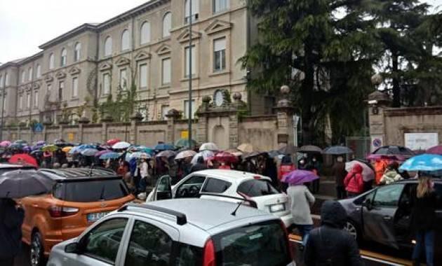 A Milano lunghe code over 75 fuori da hub di Baggio