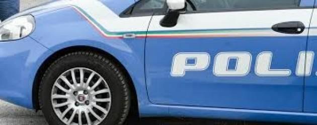 Pusher arrestato, agenti giocano con figlia