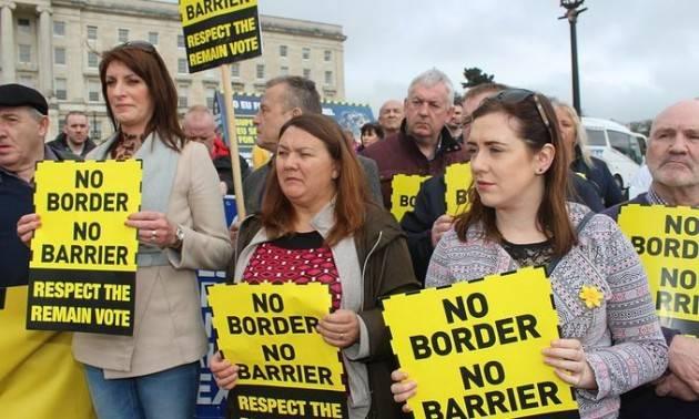 Irlanda del Nord, proteste e violenza contro la Brexit di Boris Johnson