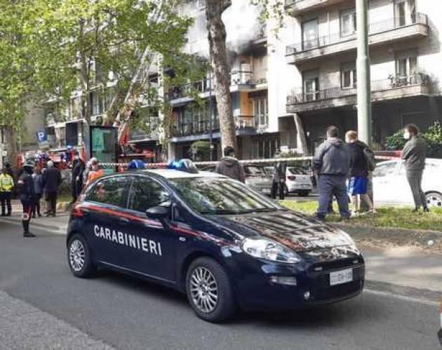 Incendio in appartamento a Milano, due intossicati
