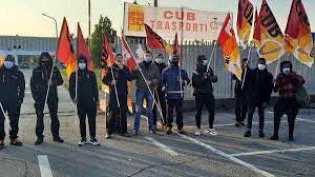 Sciopero e presidio lavoratori davanti ditta gomme in Brianza