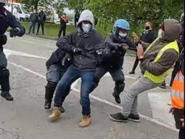 Poliziotta e carabiniere contusi a presidio FedEx