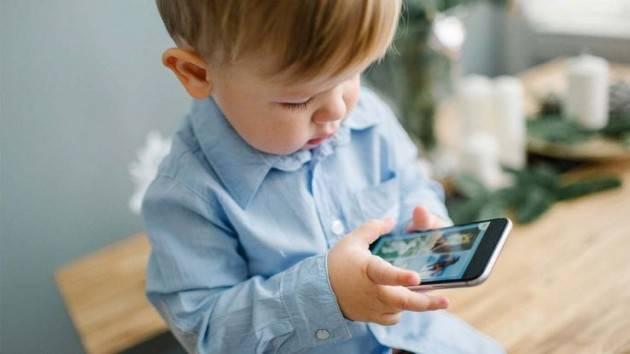 Zeus Bambini e smartphone, 1.500 euro di multa ai genitori che non sorvegliano