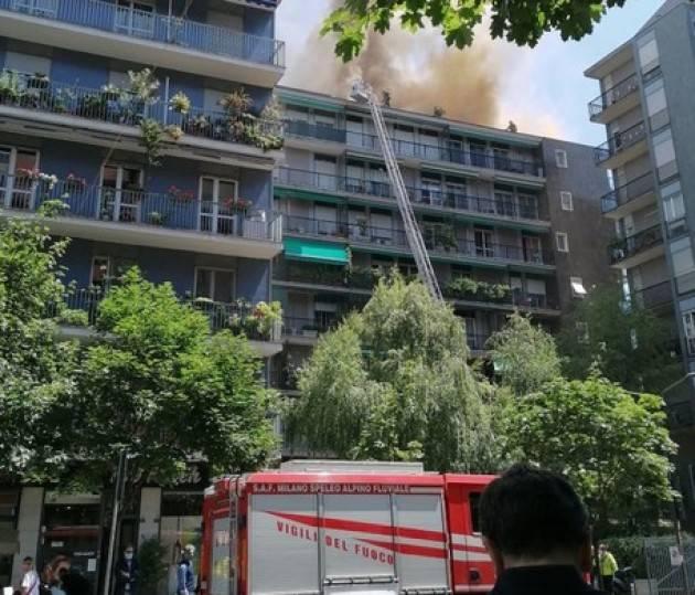 Incendio in uno stabile di 8 piani a Milano, un intossicato