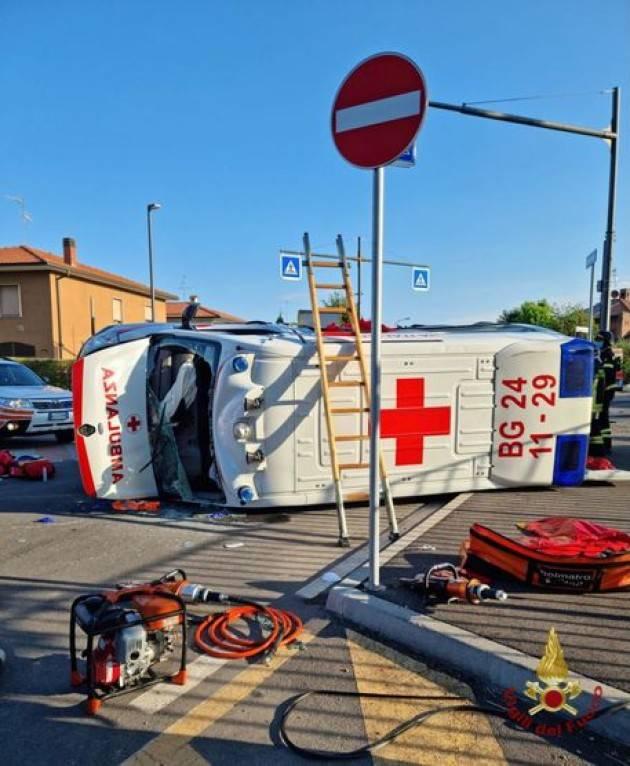 Ambulanza si scontra con auto nel Bergamasco