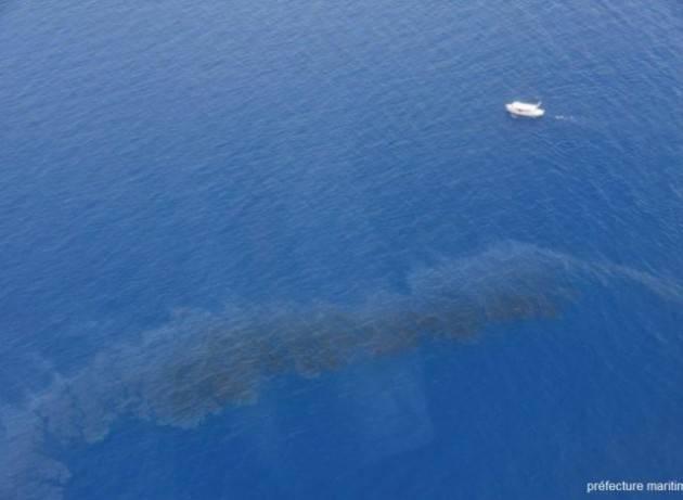 Marea nera al largo della Corsica: al lavoro per trovare i colpevoli