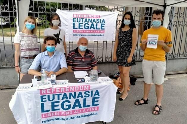 M5S Continuano a Crema i banchetti per la raccolta firme sull'eutanasia legale.