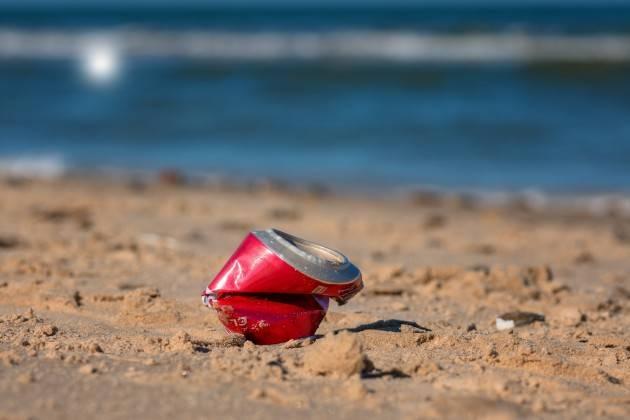Estate, inquinamento: in spiaggia 783 rifiuti ogni 100 metri