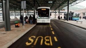 Giovane cremasco controllore  di bus  preso a calci dal una donna