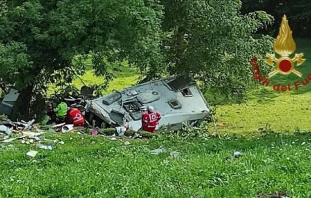 Camper esce di strada e si schianta, muore turista francese