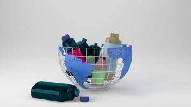"""La Commissione registra l'iniziativa dei cittadini Ue per il riciclaggio """"ReturnthePlastics"""""""