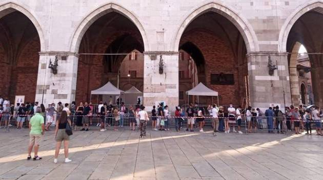 Piacenza Sotto i portici di Palazzo Gotico vaccinazione senza prenotazione