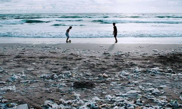 Quanto costa al mondo l'inquinamento da plastica?