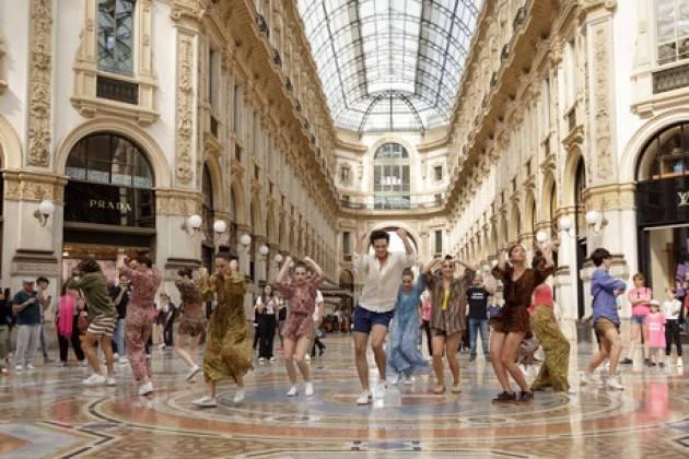 Flash mob in Galleria a Milano per marchio beachwear
