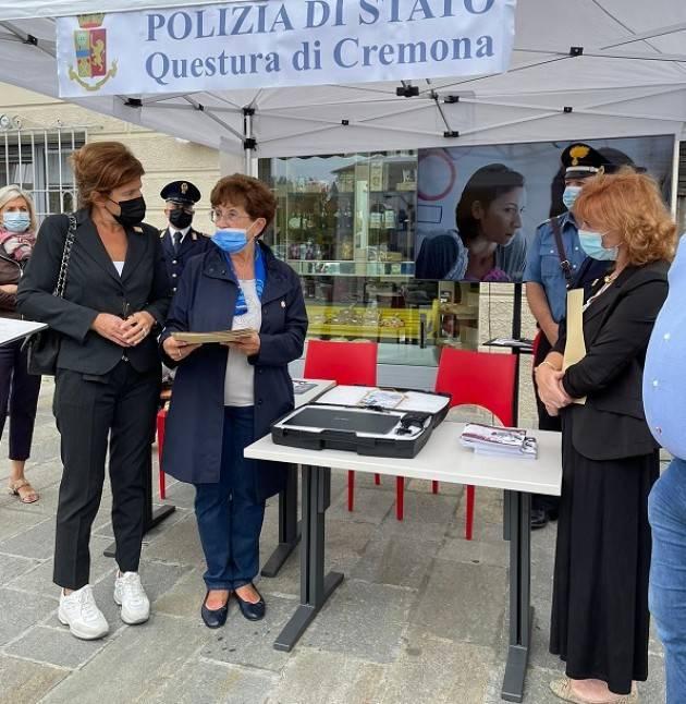Gussola  Soroptimist ha consegnato Kit CHIEDI AIUTO QUI! a polizia